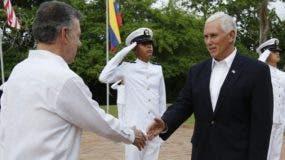 Mike Pence recibido por Juan Manuel Santos en Colombia.