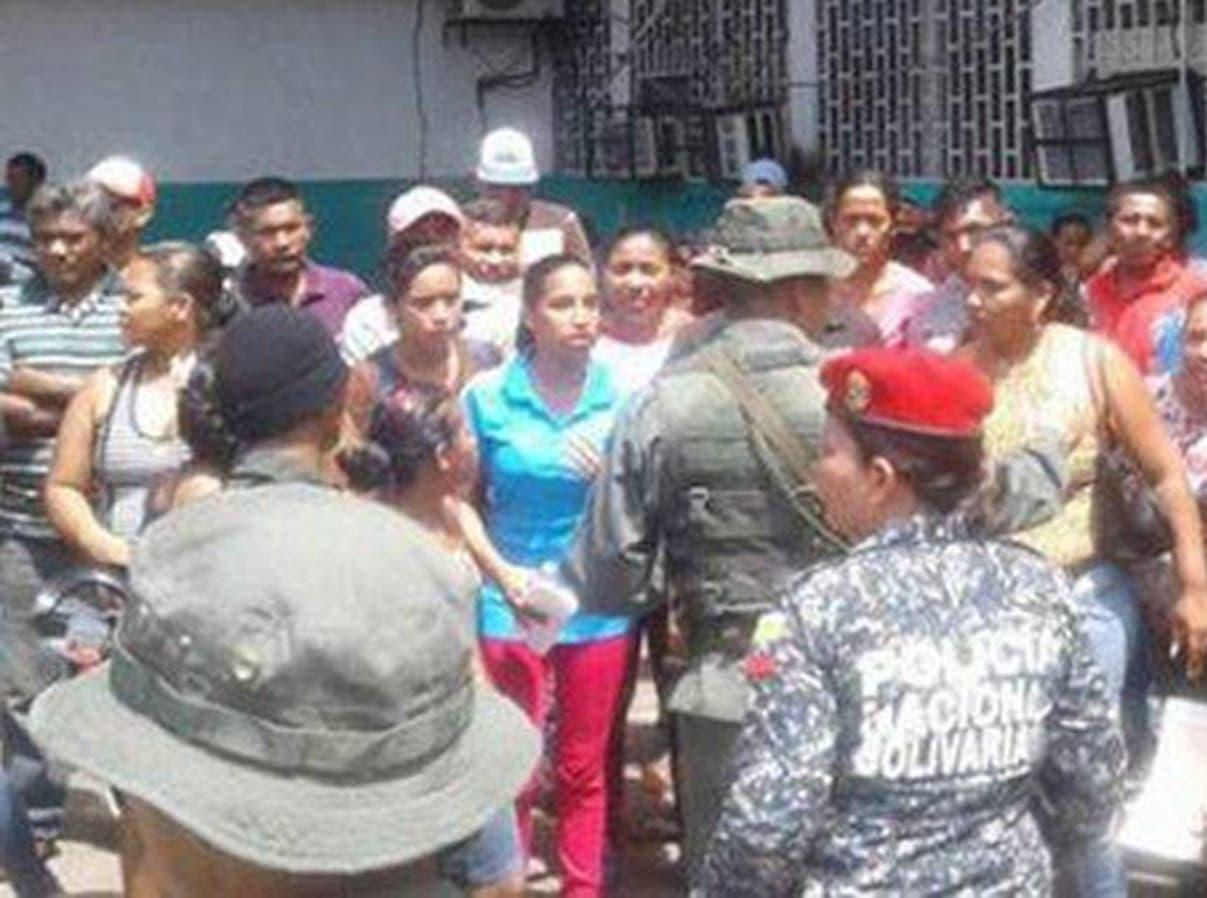 Familiares de reclusos acudieron al penal para indagar la situación de sus parientes tras incidente. fuente externa