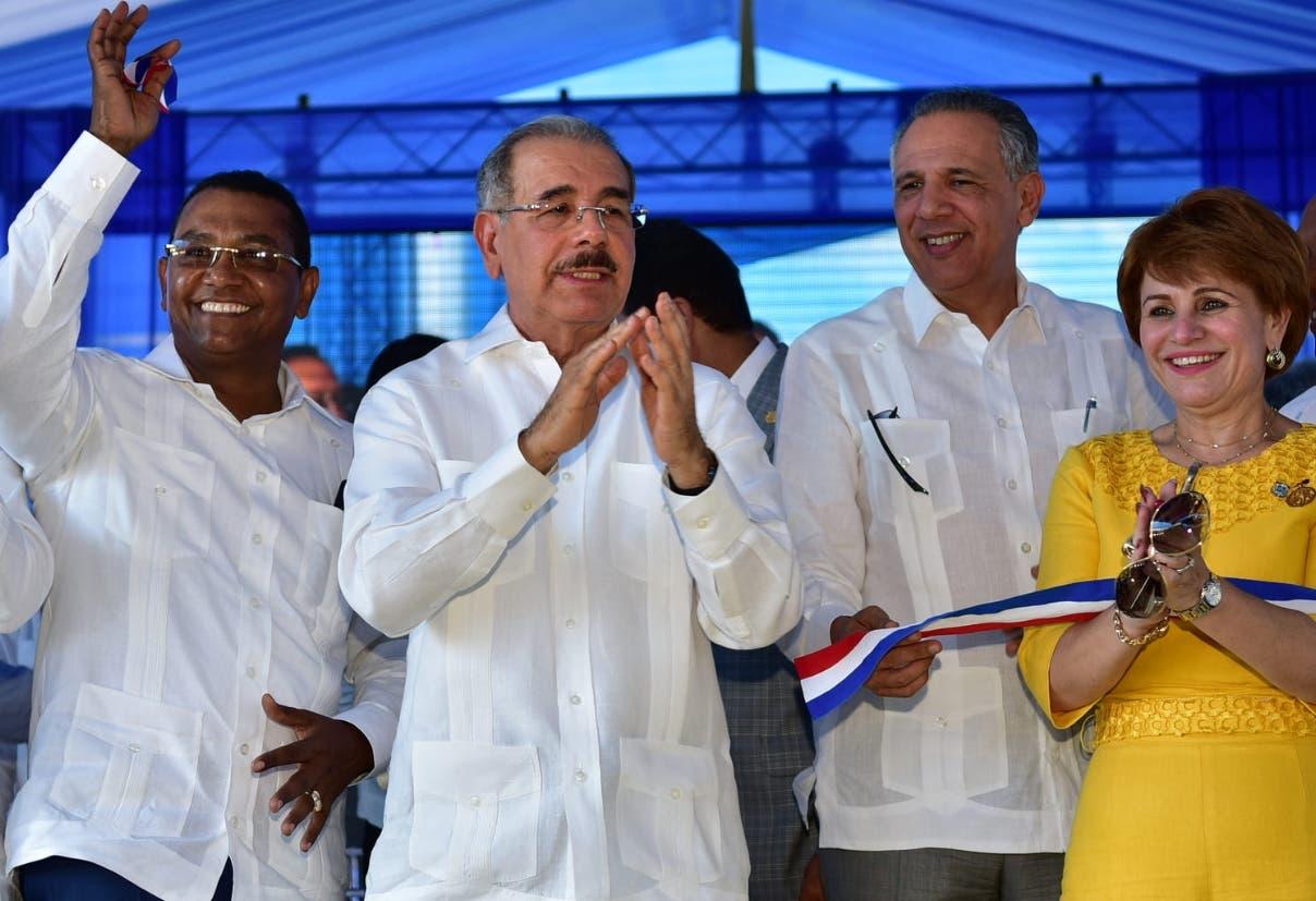El presidente Danilo Medina acompañado de funcionarios y de autoridades de San Juan.