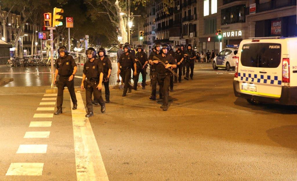 Mossos d'Esquadra, la policía regional de Cataluña, desalojan la zona donde una furgoneta arrolló a unos transeúntes en la avenida Las Ramblas en Barcelona, España
