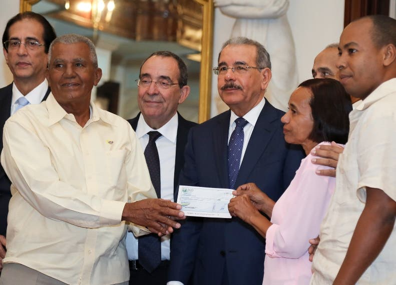 El presidente Medina entregó cheques en el Palacio Nacional.