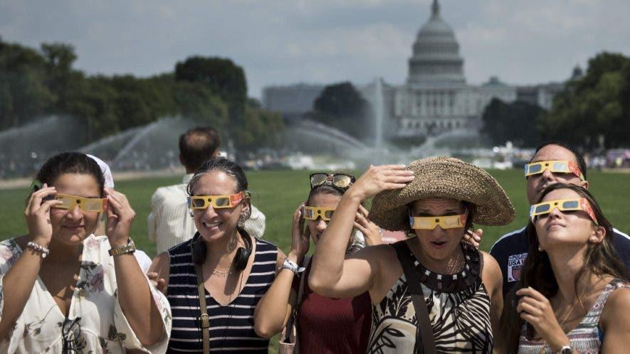 Un colectivo de personas en Estados Unidos observan el fenómeno celeste bajo estricta protección. AP