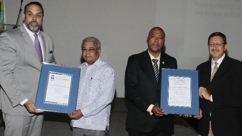 La certificación fue entregada a  ejecutivos de la ETED.