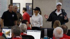 El presidente Donald Trump habla con los técnicos de un centro de emergencia de Texas, luego del paso de la tormenta Harvey.