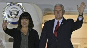 El vicepresidente Mike Pence y su esposa llegan a Argentina. AP