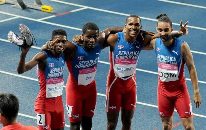 Desde la izquierda, Andito Charles, Luis Charles, Juander y Lueguelín Santos celebran después de alcanzar el oro en 4X400. Carlos Alonzo