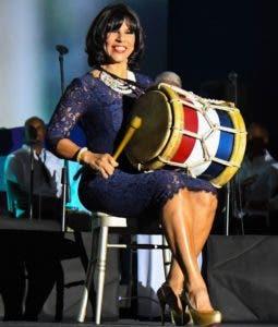 Angela García de Vargas tocando tambora.