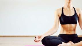 La práctica diaria de unos pocos minutos de yoga es un método natural para deshacerse de la tensión acumulada a diario.