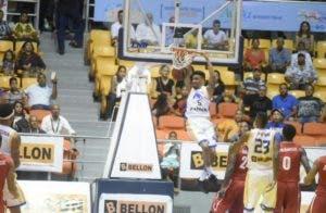 Víctor Liz realiza un sensacional donqueo durante el partido.