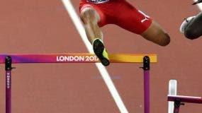 Juander Santos salta un obstáculo  para lograr su pase a la final de los 400 metros con vallas.