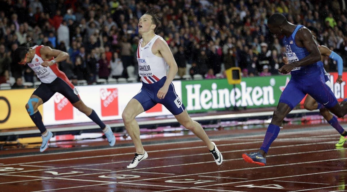 Karsten Warholm (centro) cruza la meta en primer lugar en final de 400 metros vallas en Londres.