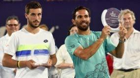 Víctor Estrella exhibe su trofeo junto a su rival Damir Dzumhur.  fuente externa