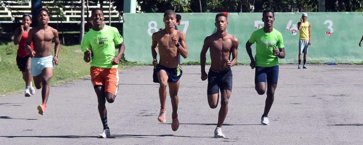 Atletas entrenan en puro asfalto en la pista de atletismo de San Juan de la Maguana. alberto Calvo