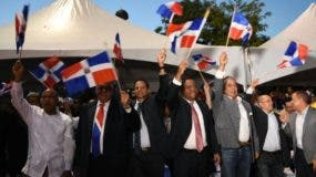 Danilo Díaz junto a autoridades y dirigentes enarbolan banderas. fuente externa