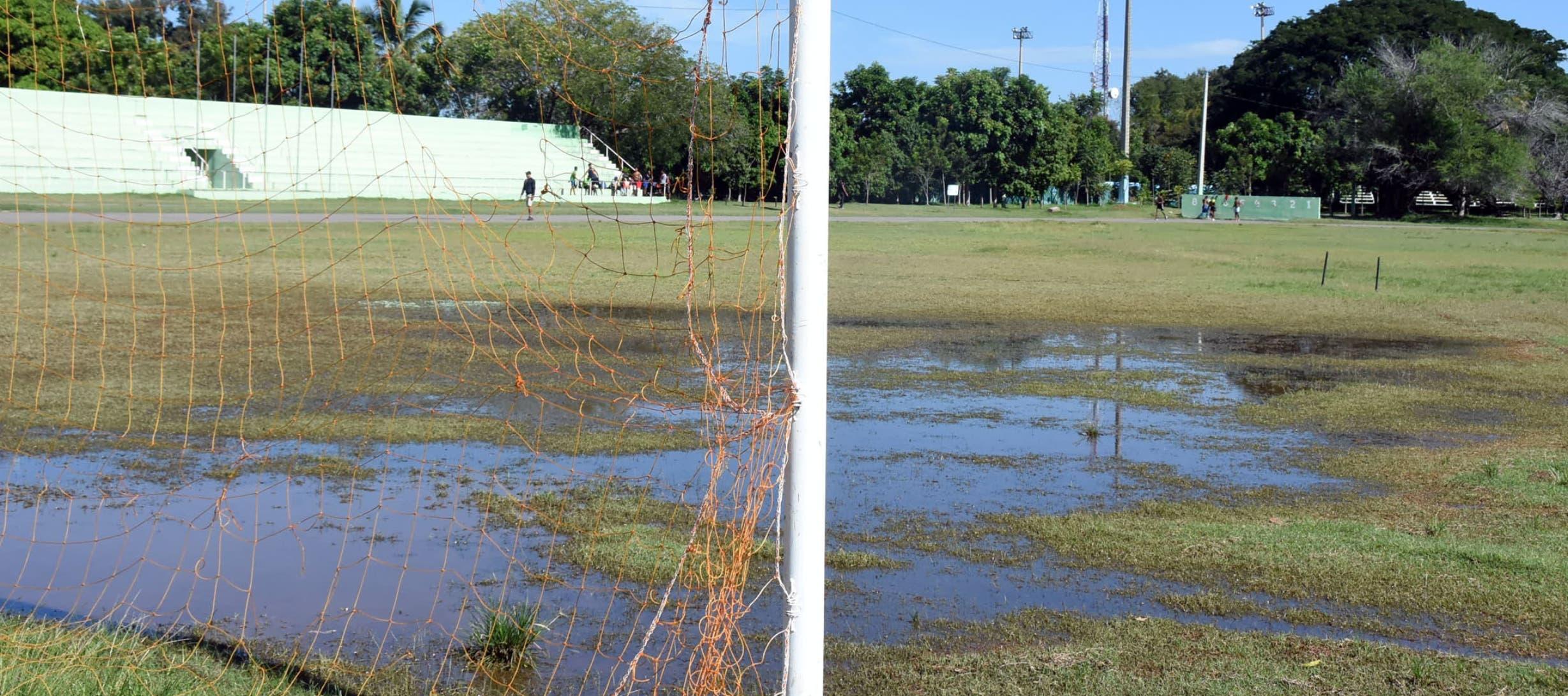 En estas condiciones practican los atletas en la pista de atletismo del complejo deportivo de San Juan de la Maguana, corriendo el peligro de lesionarse por las pésimas condiciones  que presenta.
