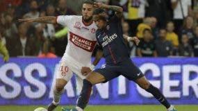 Neymar, derecha, disputa el balón con Andy Delort, durante el partido con el Toulouse's. AP