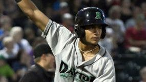 El   dominicano José Siri, de Cincinnati, levanta el brazo al lograr la marca de juegos seguidos con hits.