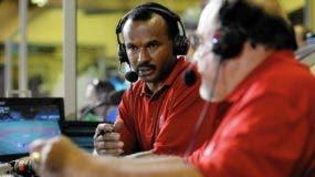 El dominicano José Mota, de frente, mientras  trabaja en la transmisión de un partido de los Angels. agencias