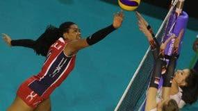 La dominicana Madeline Guillén, ataca la defensa de Polonia durante el partido de ayer. Fuente externa