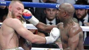 Floyd Mayweather conecta sobre el rostro de Conor McGregor en la postrimería del combate.