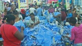 Fue mayor la cantidad de personas que acudieron a comprar útiles escolares,  afirmaron algunos de los vendedores.  Elieser Tapia