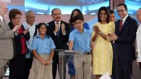 Momento en que la pareja presidencial y autoridades educativas dan iniciado  al nuevo año escolar. Félix de la Cruz