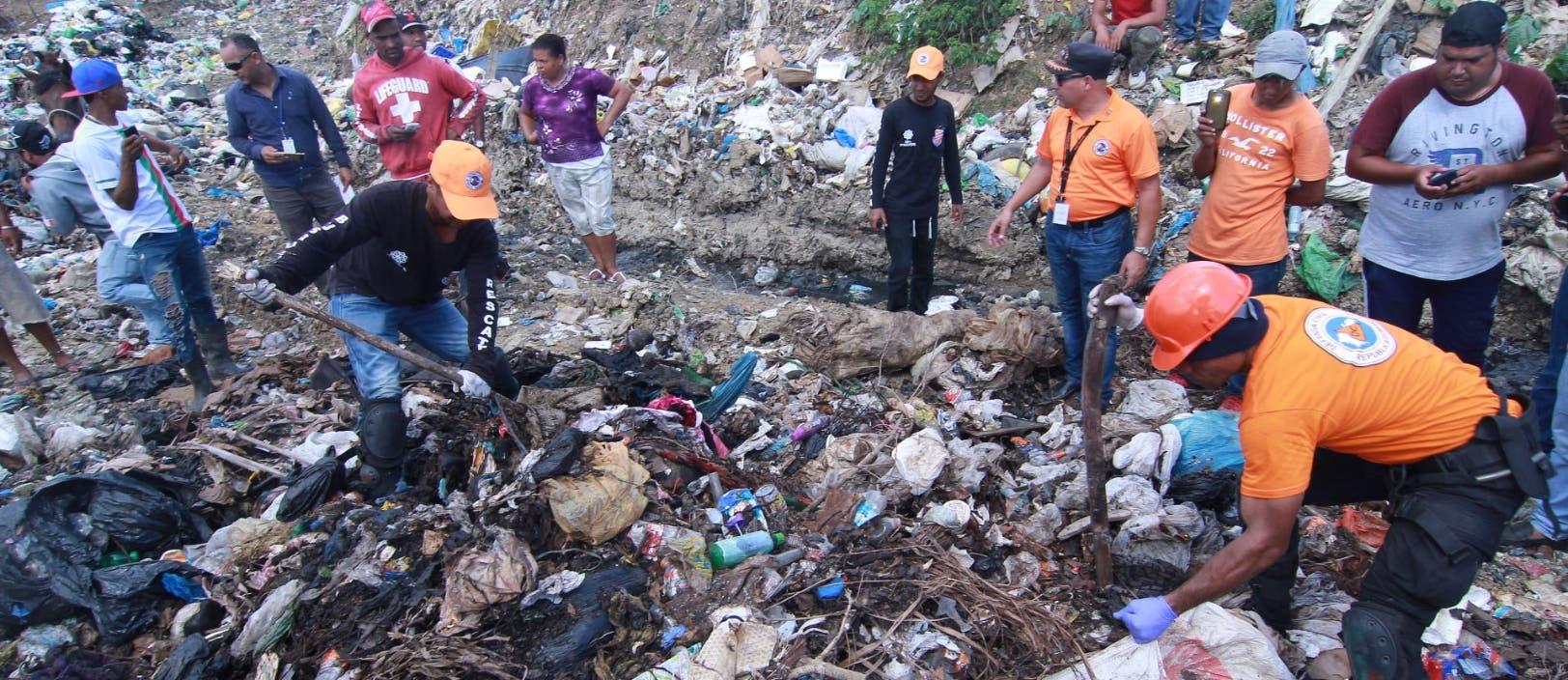 Miembros de la Defensa Civil mientras buscaban el cadáver de la menor en el lugar que señaló Marlon Martínez.    elieser Tapia.