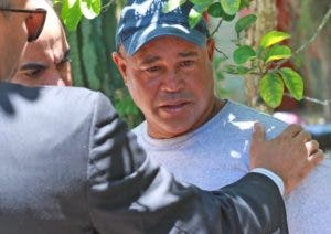 Padre de Emely recibía condolencias de amigos y vecinos.   Elieser Tapia