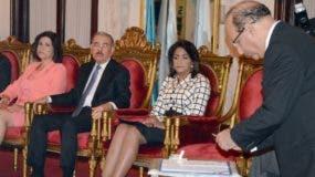 El presidente de la JCE, Julio César Castaños Guzmán, mientras firma el acuerdo en el Palacio.