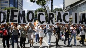 Los venezolanos se han lanzado a las calles para rechazar la advertencia lanzada por Donald Trump,