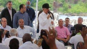 La gente de la comunidad expresó sus necesidades al Presidente fuente externa