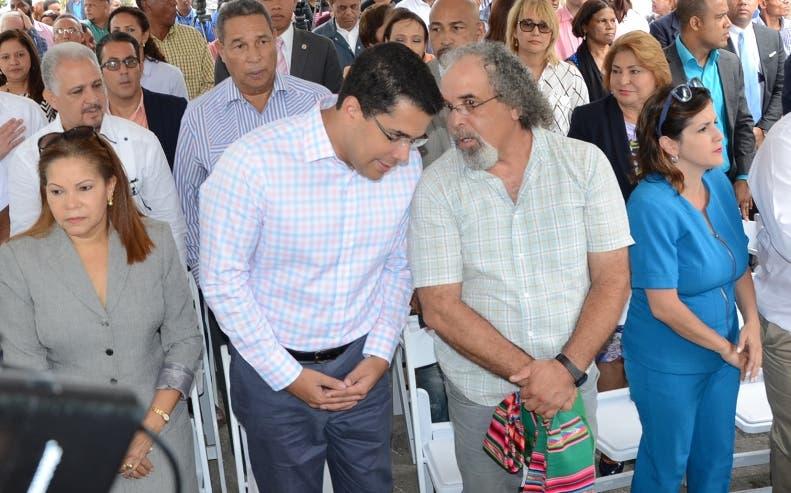 David Collado, el padre Rogelio Cruz y autoridades municipales.