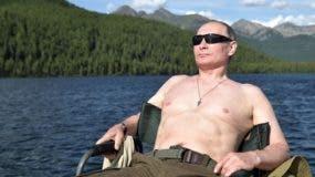 El presidente ruso Vladimir Putin toma el sol durante sus vacaciones en la remota región de Tuva en el sur de Siberia. La foto tomada entre el 1 y el 3 de agosto de 2017. / AFP