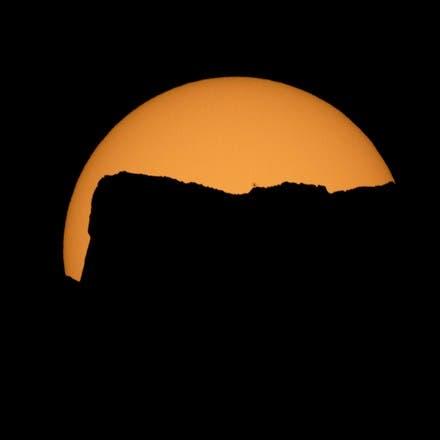 Aprecian eclipse solar en Tijuana