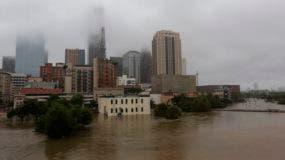 Las inundaciones de la tormenta tropical Harvey fluyen en el pantano de Buffalo en el centro de Houston, Texas,.