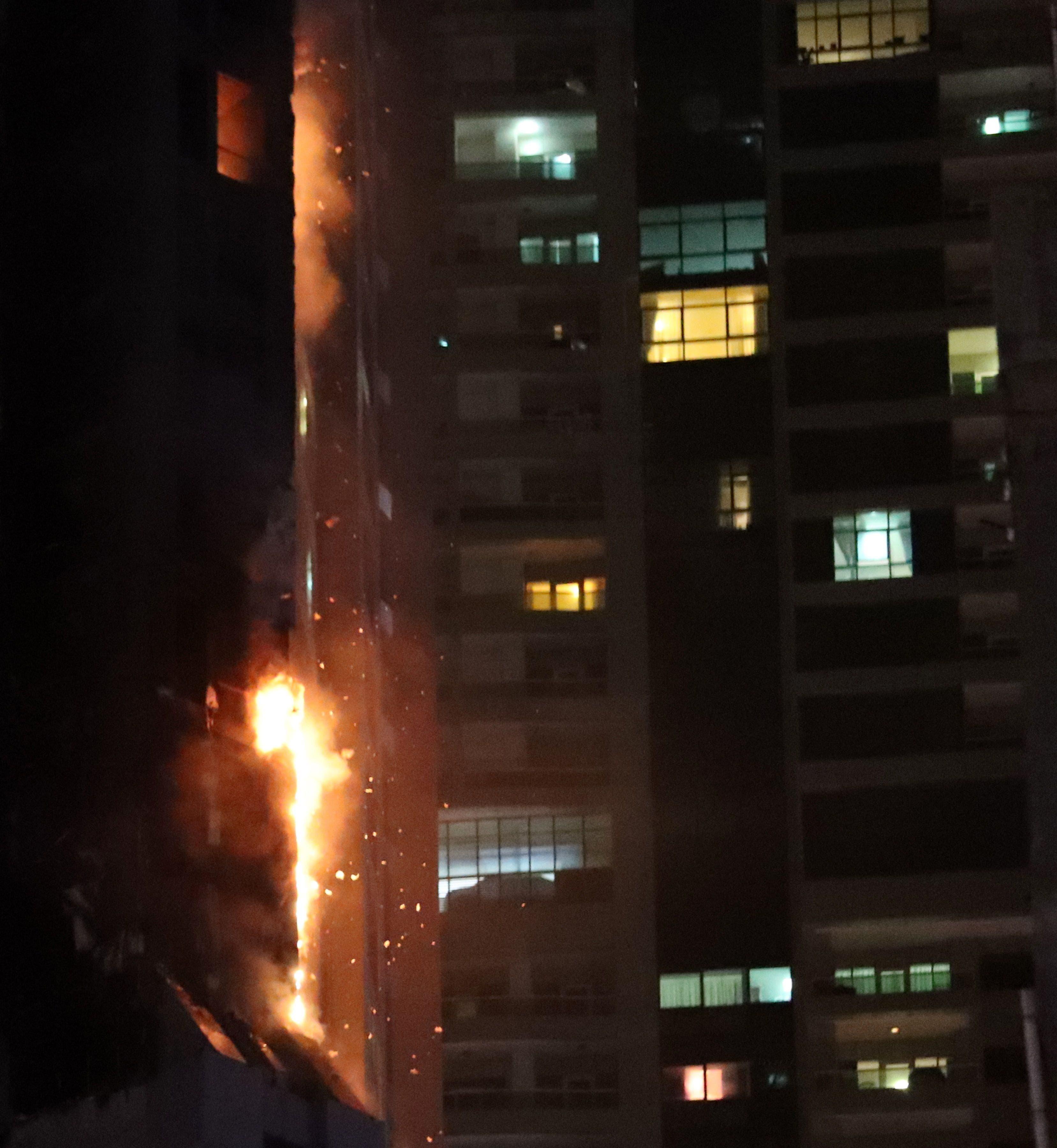 Las zonas dañadas en los pisos de la zona intermedia del edificio, en su lado izquierdo, y las plantas superiores del lado derecho se cubrieron con una sustancia marrón.