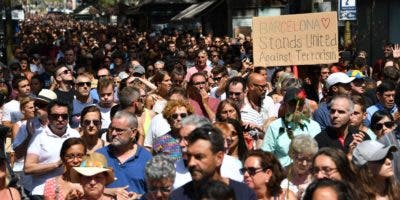 Miles de personas se congregaron hoy en Las Ramblas para expresar su repudio al terrorismo.