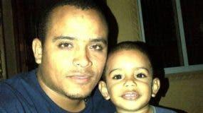 Foto de archivo del dirigente del Falpo Bladimir Lantigua con un niño. Lantigua murió hoy tras ser fulminado de un disparo de fusil en la cabeza durante una huelga por 48 horas en San Francisco de Macorís.