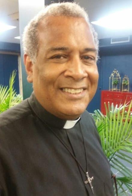 """Cura párroco NY demanda auditar """"informe financiero"""" Dominican Day Parede"""