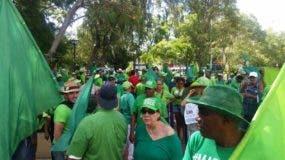 Los activistas se organizan en el parque Central de Baní, para dirigirse hacia Punta Catalina.