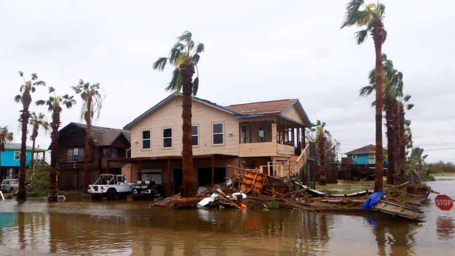 Las casas se destruyen en un parque de RV después de que el huracán Harvey aterrizó en el área de Coast Bend el sábado, 26 de agosto de 2017, en Port Aransas, Texas. AP