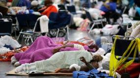 La gente duerme en el suelo en el Centro de Convenciones George R. Brown, que se ha creado como un refugio para los evacuados que escapan de las inundaciones de la tormenta tropical Harvey en Houston, Texas, el 29 de agosto de 2017. AP