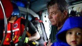 Un hombre es retratado junto a un niño a bordo de un helicóptero de rescate.REUTERS Los equipos de rescate emplearon helicópteros para salvar a personas que estaban en zonas impactadas por la tormenta Harvey en la ciudad de Houston.