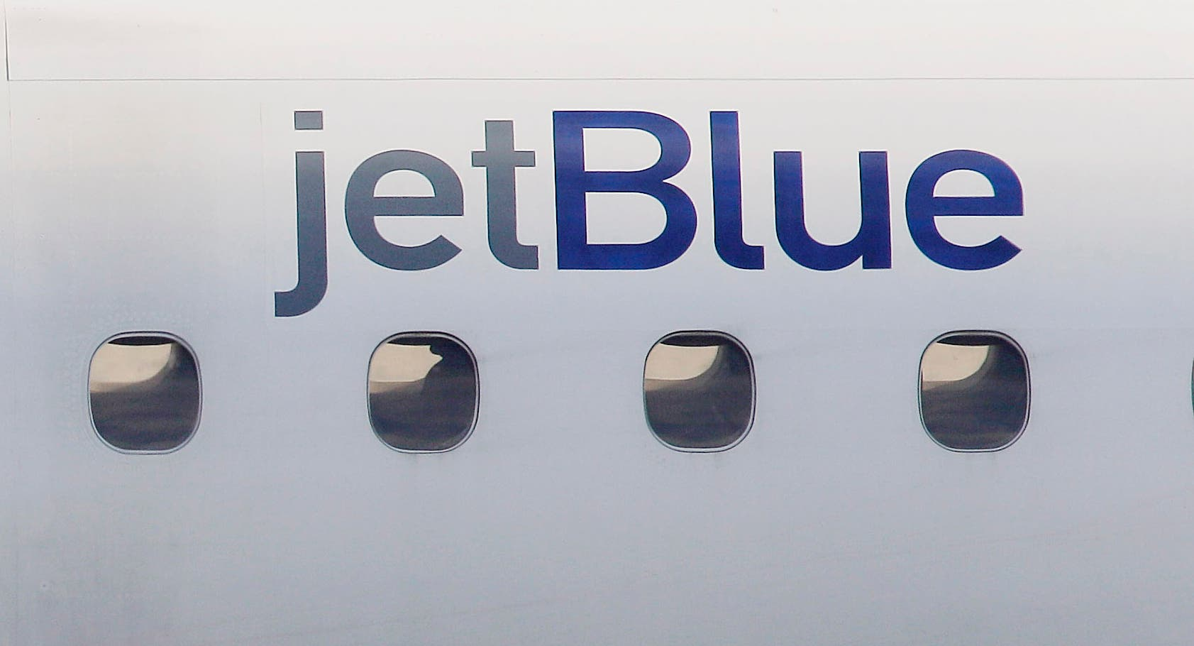 Un avión de JetBlue Airways hizo un aterrizaje de emergencia en Buffalo luego que pasajeros olieron gases y tres tripulantes se sintieron mal en un vuelo del este al oeste de Estados Unidos. El jueves 11 de agosto del 2017, la policía del aeropuerto tuiteó que los tripulantes fueron llevados al hospital por mareo.