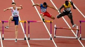 El dominicano Juander Santos (centro), salta un obstáculo durante la semifinal de los 400 metros con vallas en el Mundial de Atletismo. Santos llegó en sexto lugar en la final de hoy.