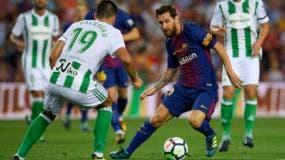 El delantero argentino de Barcelona Lionel Messi (R) compite con el delantero del Betis Alex Alegria durante el partido de fútbol de la liga española FC Barcelona vs Real Betis en el estadio Camp Nou de Barcelona el 20 de agosto de 2017. / AFP / LLUIS GENE
