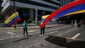 Manifestantes ondean una bandera de Venezuela durante una protesta contra el gobierno del presidente Nicolás Maduro en Caracas, el 8 de agosto de 2017.