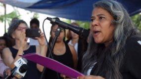 """Rosa Hernández, maestra de una escuela primaria, reclama al Estado por las fallas tanto del sistema de salud que no le brindó atención adecuada ni oportuna a su hija Rosaura (""""Esperancita"""")."""