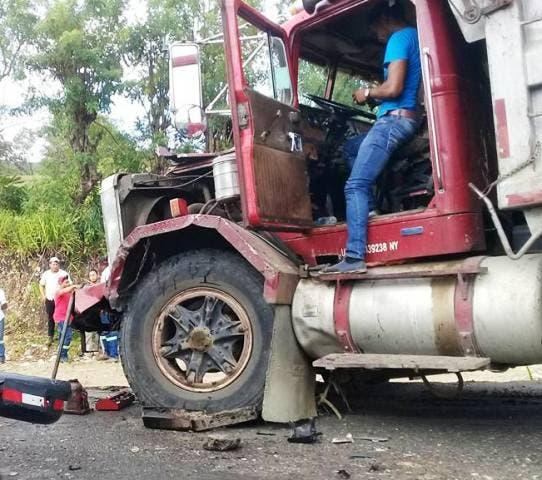 Chocan dos camiones de frente y ocasionan taponamiento en carretera Puerto Plata-Maimón