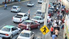 La necesidad de colectivizar el transporte se aprecia cada día en las largas colas que deben hacer  pasajeros para abordar un concho. José De León